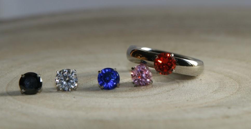 Diferentes pedras de aneis solitarios